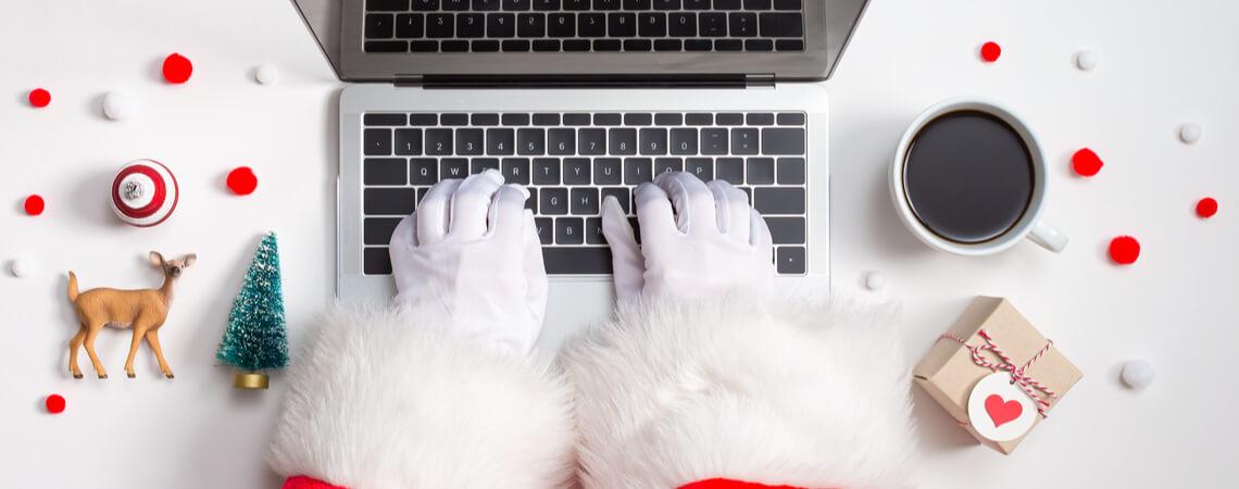 Weihnachtsmann an Tastatur