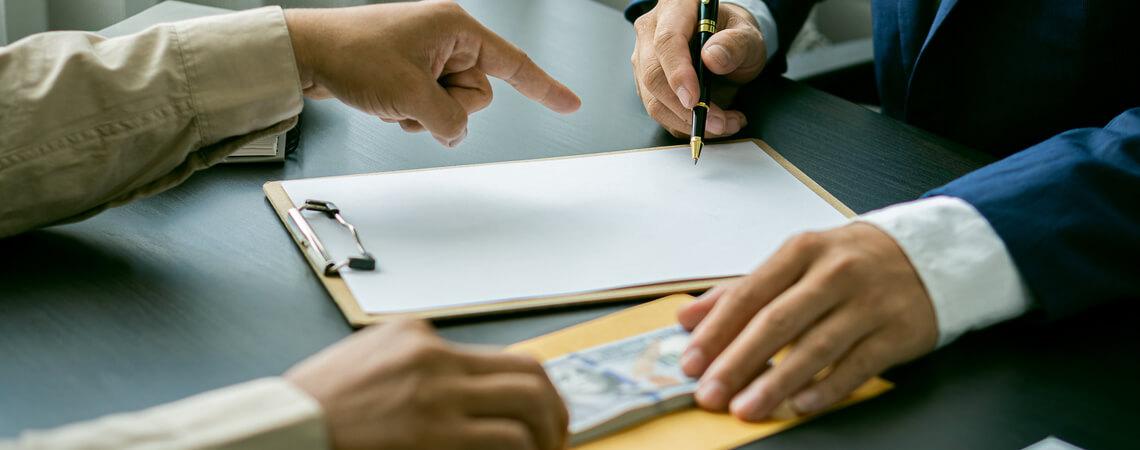 Vertragsunterzeichnung und Geldübergabe