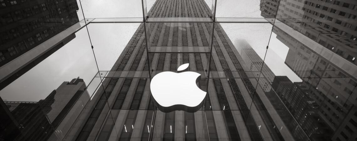 Apple-Logo an einem Gebäude