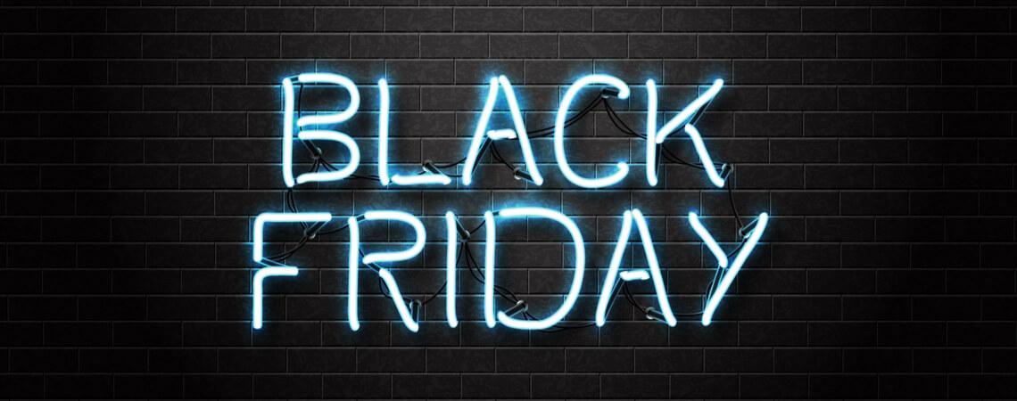 Black-Friday-Schriftzug leuchtet vor schwarzem Grund